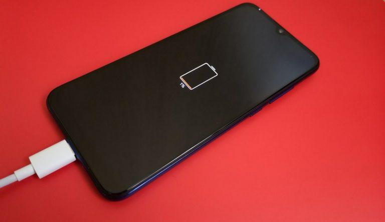 Cómo limpiar la pantalla del móvil sin rallarla