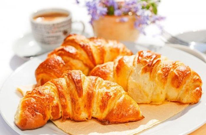 Una dulce tentación: así se hacen unos cruasanes con hojaldre y mantequilla