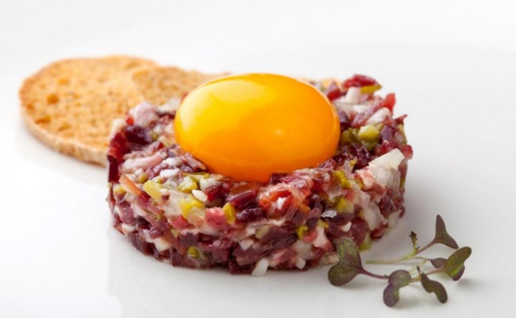 Elaboración del tartar de jamón ibérico y huevo