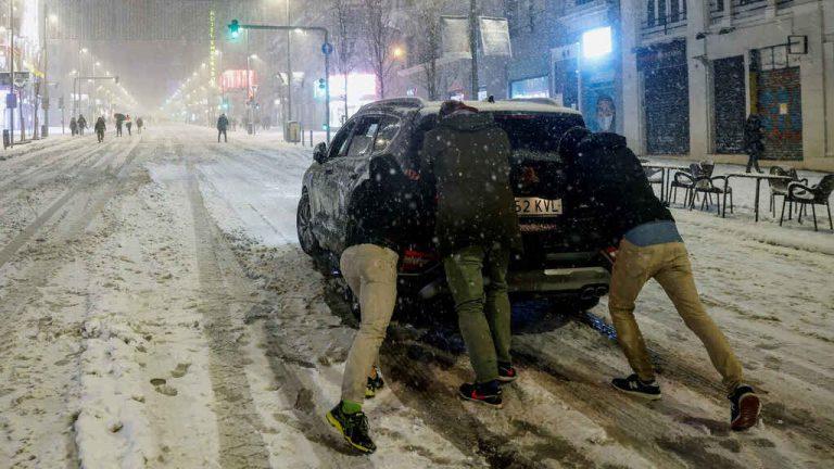 La nieve despierta la solidaridad: traslados en 4×4, vecinos con pico y pala