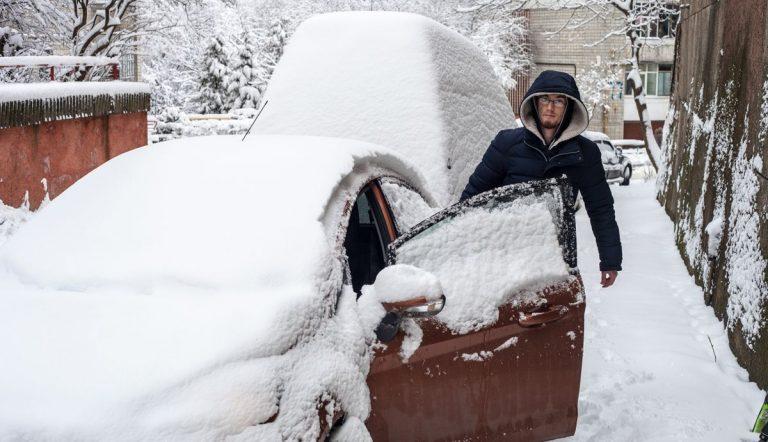 Por qué deberías quitar la nieve de tu coche antes de que sea demasiado tarde