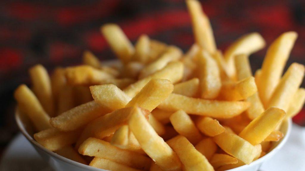 Ricas patatas fritas perfectas: tiernas por dentro y crujientes por fuera