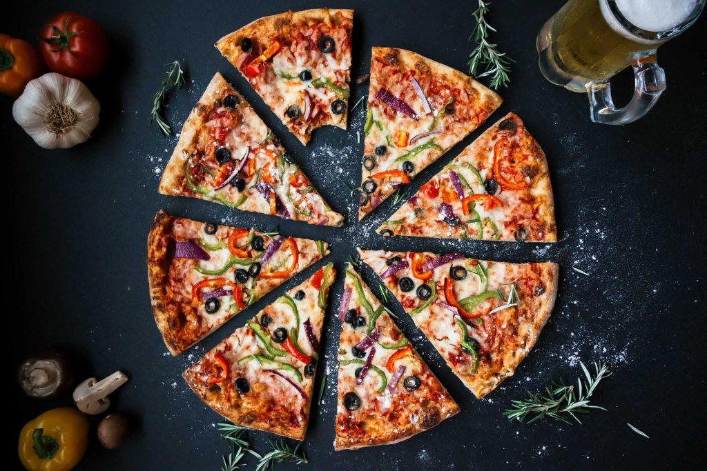 El truco para calentar dos pizzas a la vez en una bandeja del horno