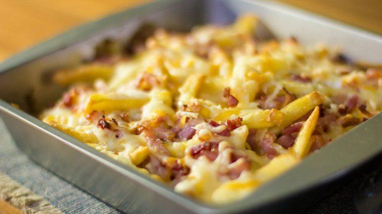 Cómo hacer la salsa americana para unas patatas con bacon y queso