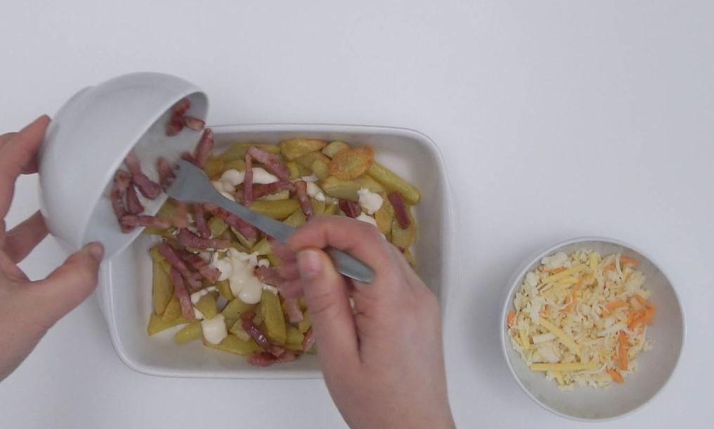 Preparación de las patatas con bacon y queso