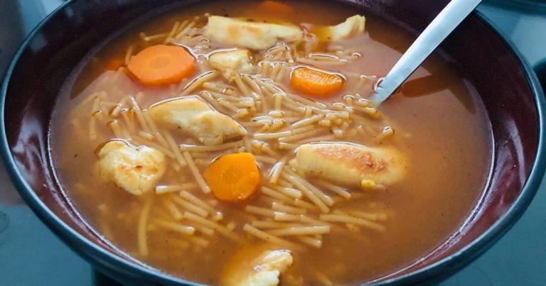 Cómo hacer una sopa de fideos con pollo para entrar en calor