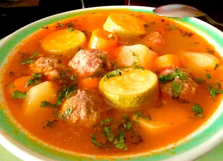 Cómo hacer una sopa de albóndigas deliciosa y nutritiva