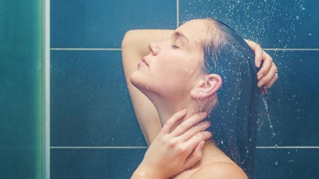 ¿Cuáles son los beneficios de una ducha con agua caliente?