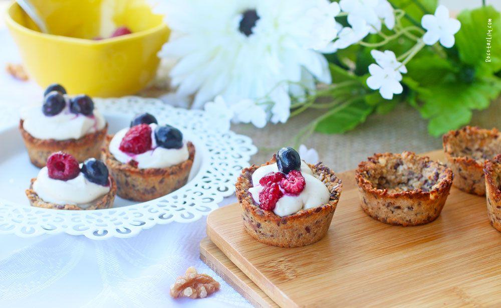 Elaboración de tarta de granola, yogur y frutos secos