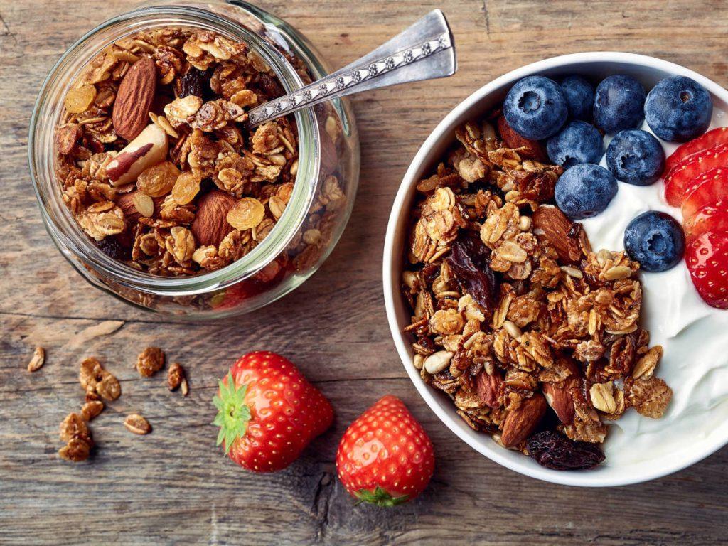 La granola, yogur y frutos secos la mejor opción