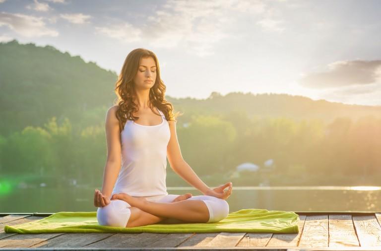 8 posturas de yoga fáciles de realizar