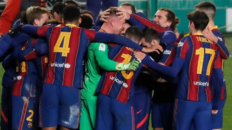 El Barcelona gana al Betis al límite