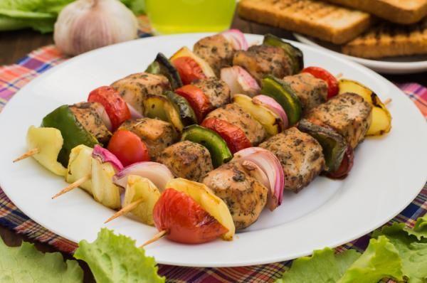 ¿Cómo preparar brochetas de pollo y verduras saludables?
