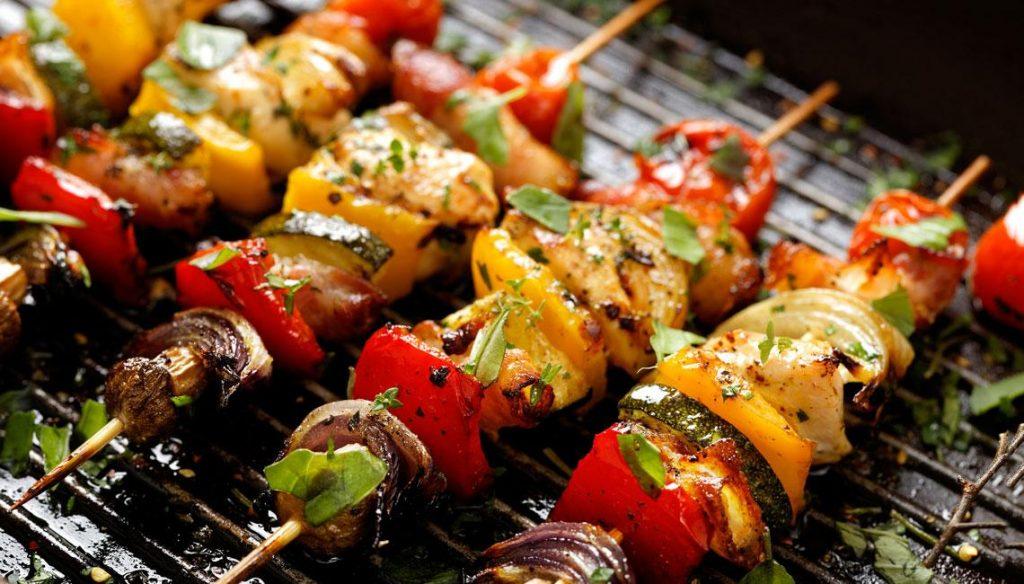 Cocción de las brochetas de pollo y verduras