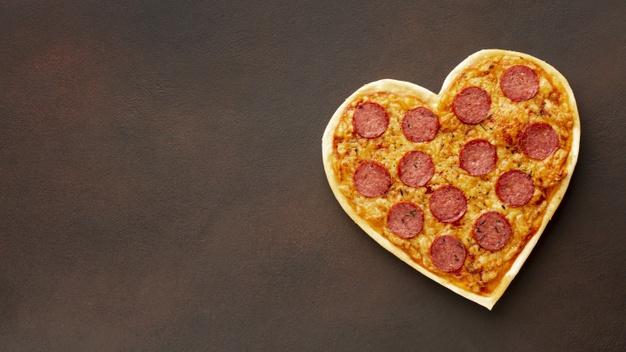 Una pizza de corazón hecha toda en casa
