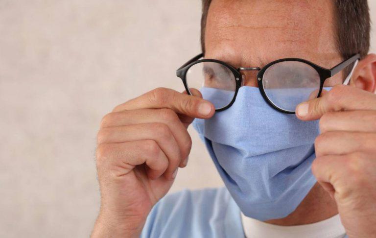 ¿Se te empañan las gafas? Los mejores productos para evitarlo según la OCU