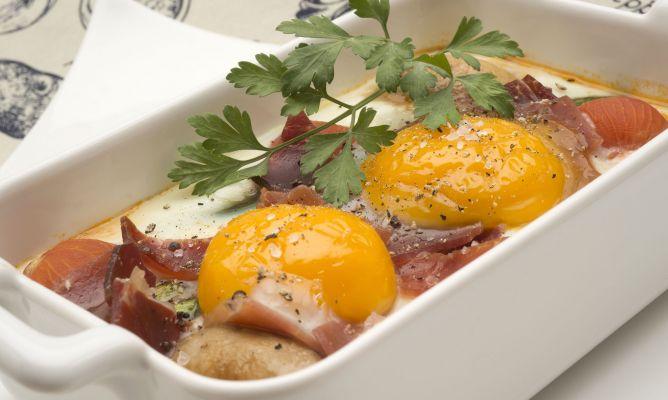 ¿Cuáles son los ingredientes para preparar el huevo al horno?