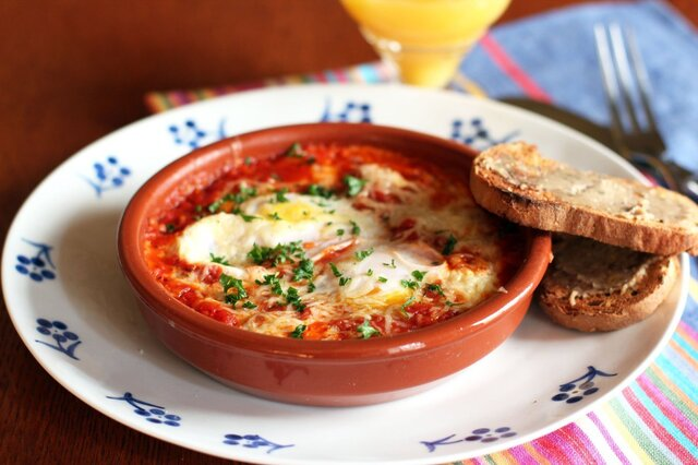 ¿Cuáles son los ingredientes para preparar los huevos al horno con jamón?