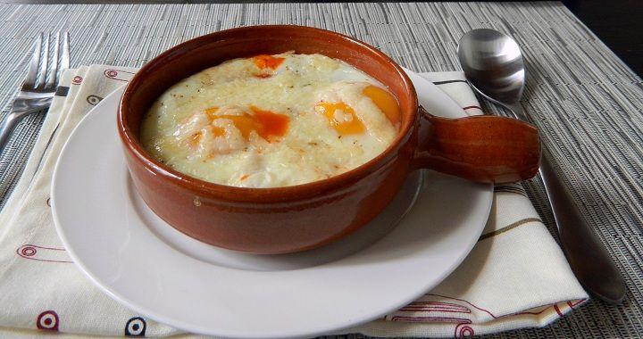 ¿Cuáles son los ingredientes para preparar los huevos al horno a los dos quesos?