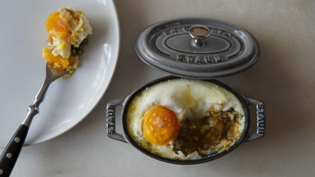 ¿Cuáles son los pasos para preparar el huevo al horno con jamón?