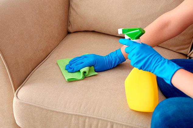 Limpia el polvo de los muebles con suavizante