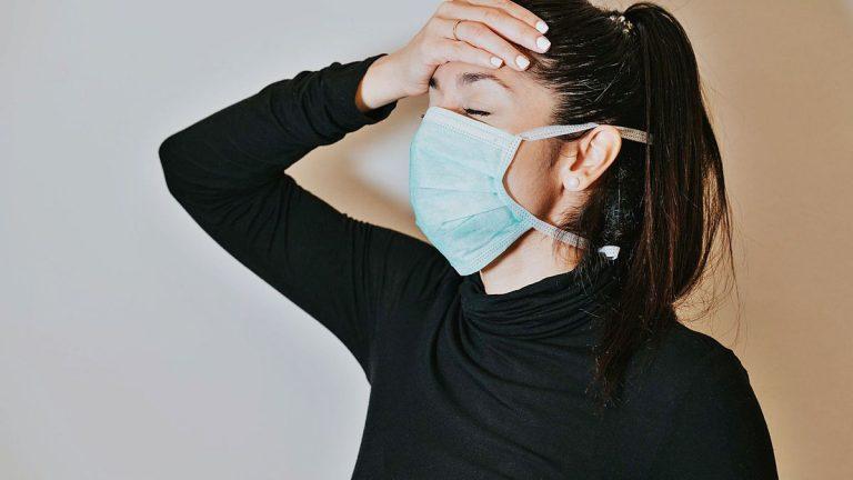 Por qué usar la mascarilla te da dolor de cabeza
