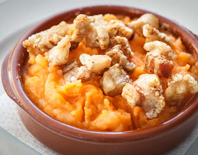 A continuación mostraremos dos recetas de patatas revolconas