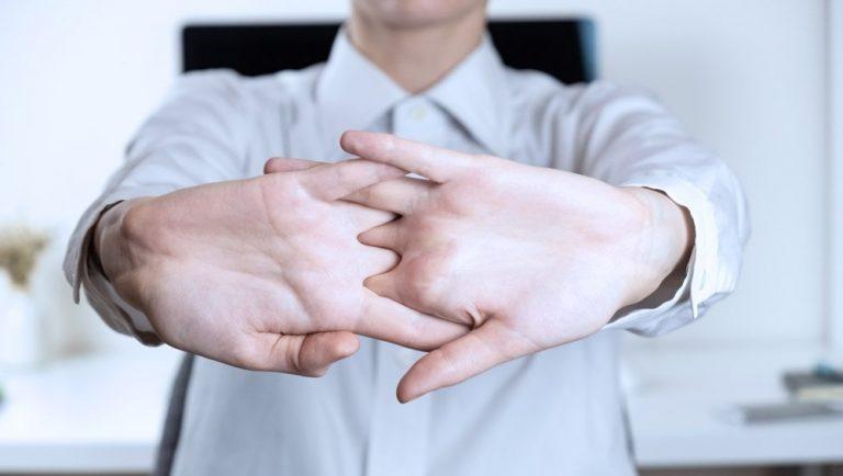 Por qué no deberías crujir los dedos