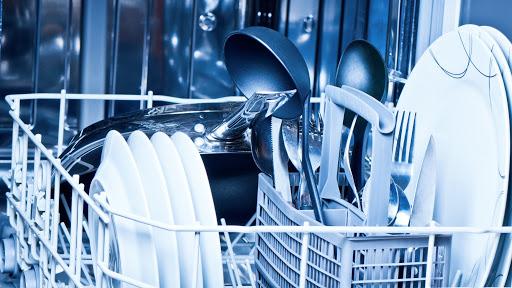Por qué no debes meter sartenes ni las ollas en el lavavajillas
