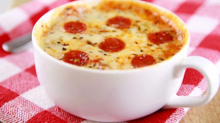 Cómo hacer minipizzas en una taza y en el microondas en tan solo 2 minutos