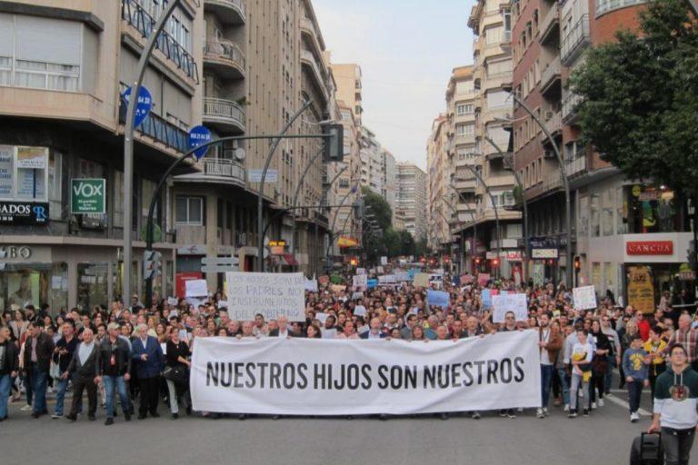 Qué es el 'pin parental' por el que Vox ha incendiado el Parlamento de Andalucía
