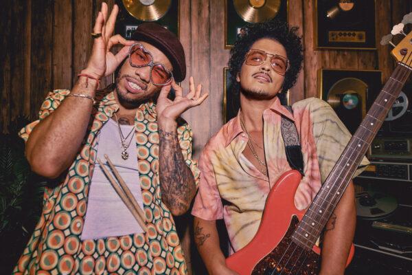 Bruno Mars regresa como Silk Sonic con Anderson Paak en 'Leave the Door Open'