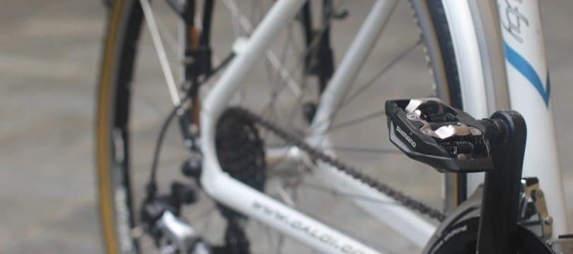 Colocar los pedales de una bicicleta