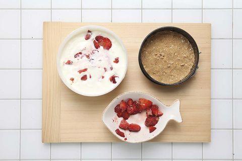 Receta para hacer una tarta de queso con fresas caramelizadas