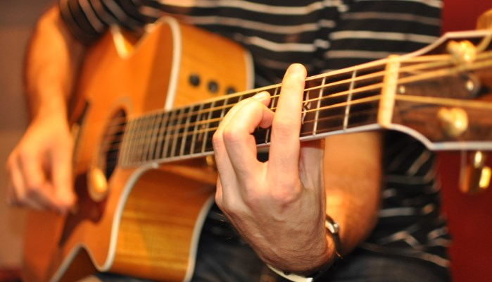 Encuentra un método para aprender a tocar guitarra