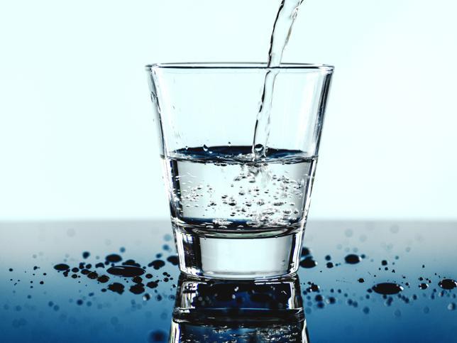 Por qué deberías tomar agua con el estómago vacío