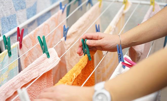 Causas y cómo quitar el mal olor a humedad en la ropa