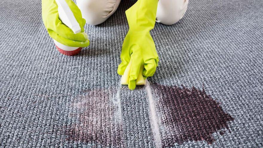 ¿Cómo tratar una mancha en una alfombra?