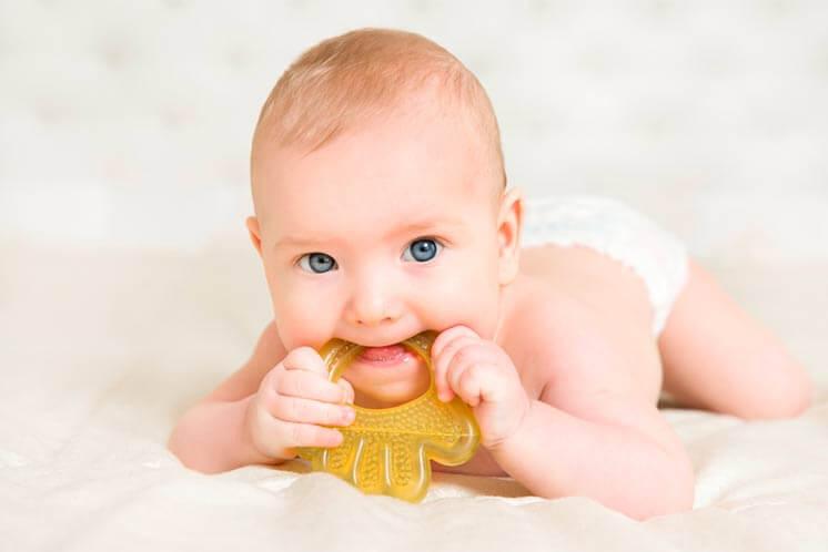 ¿Cómo aliviar la inflación de las encías del bebé?