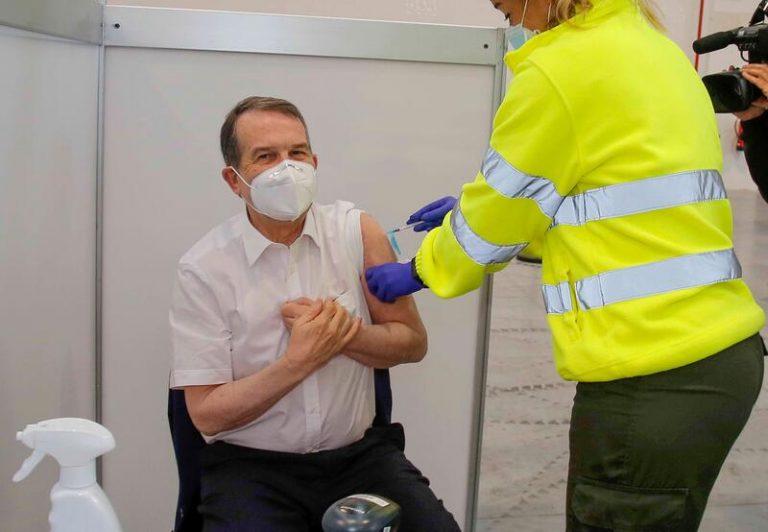 Abel Caballero se vacuna contra el coronavirus