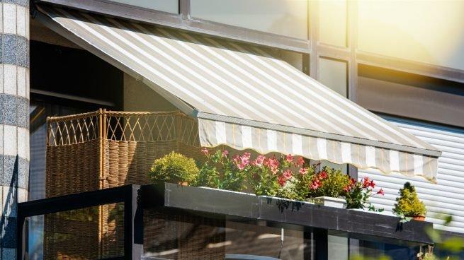 Limpieza de un toldo de balcón o de terraza