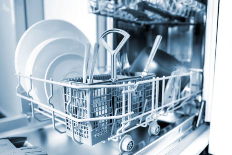 ¿A mano o a máquina? La OCU da respuesta a cómo se deben lavar los platos