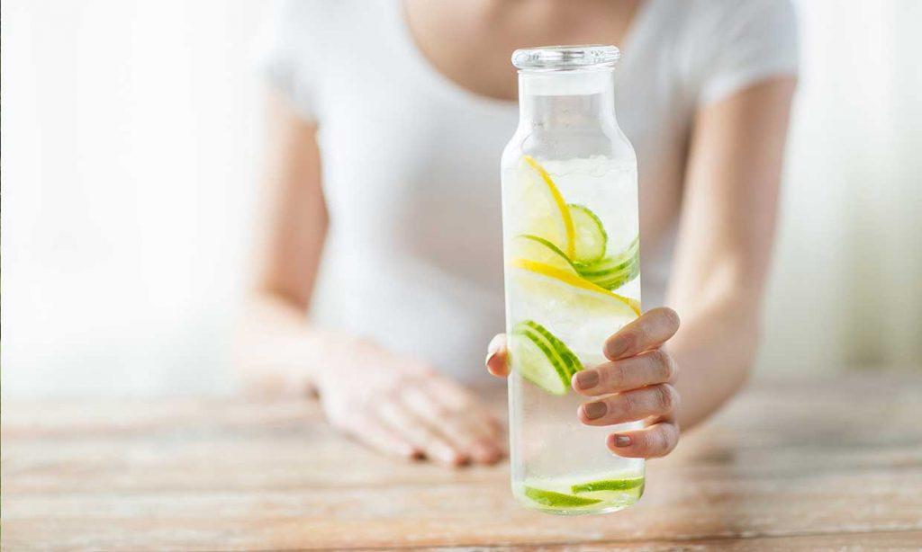 El agua con limón para el aliento