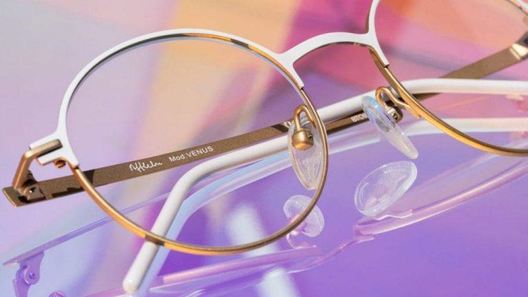 Este es el significado de los números de la patilla de tus gafas