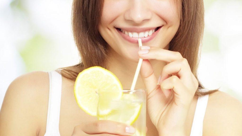 Te verás más joven agua con limón