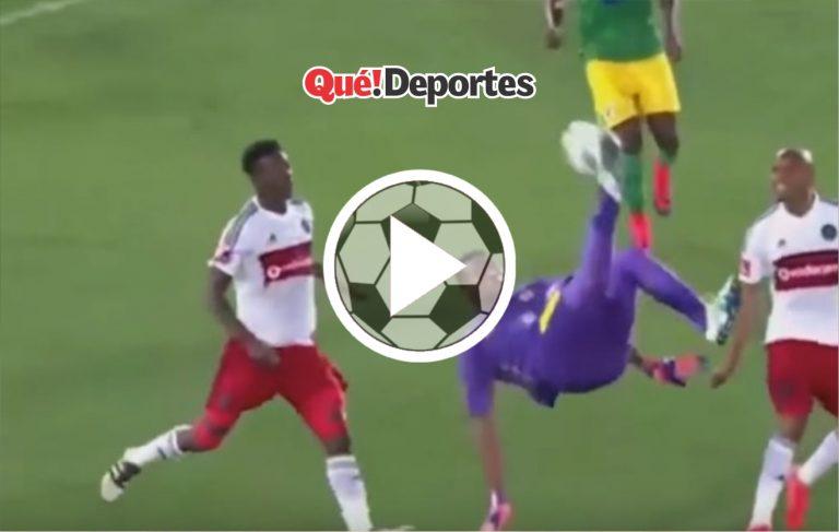 #GolazoDelDia ¡Portero hace una chilena y convierte un golazo!