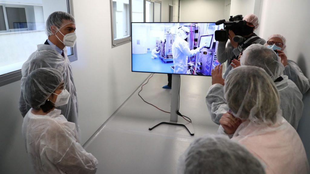 Pedro Sánchez en Hipra recibiendo información sobre sus vacunas.