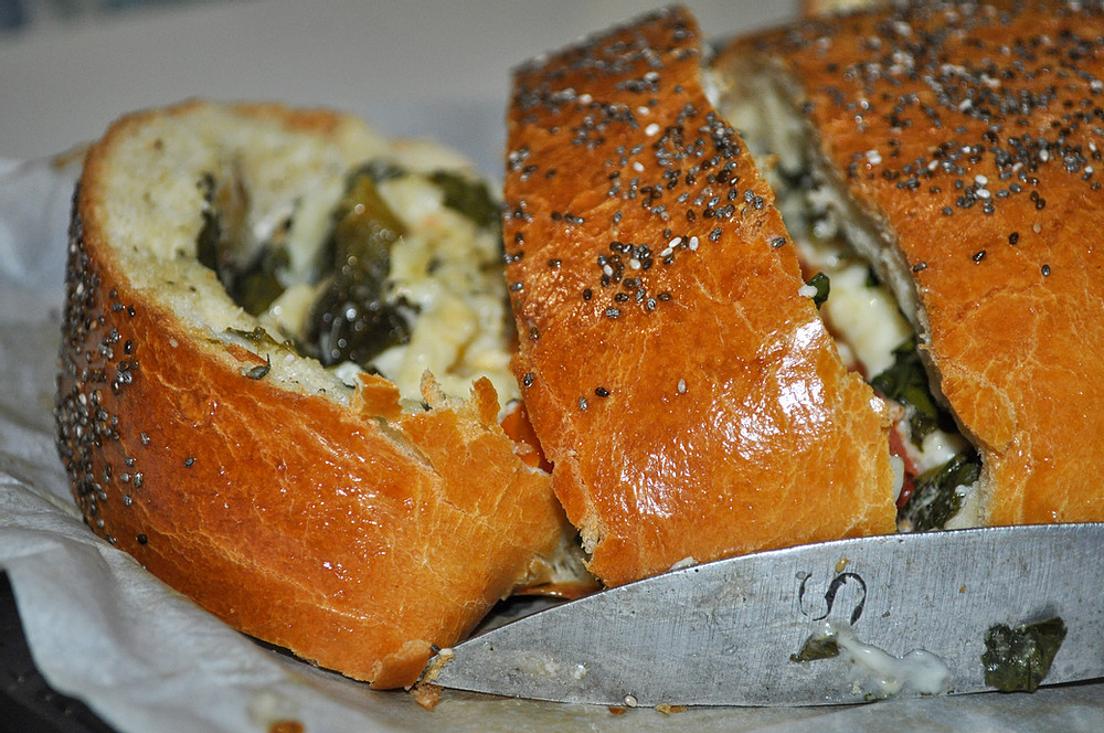 Prepara un suculento pan relleno de espinacas, huevos y tomate