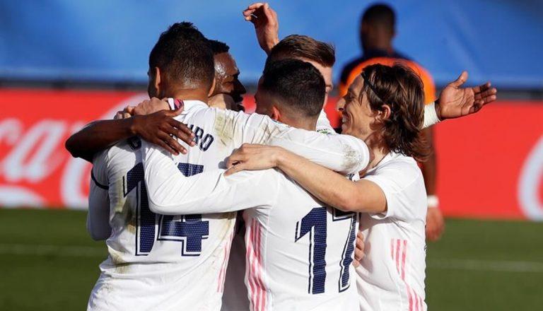 Los 5 jugadores del Real Madrid que tienen pie y medio fuera del equipo