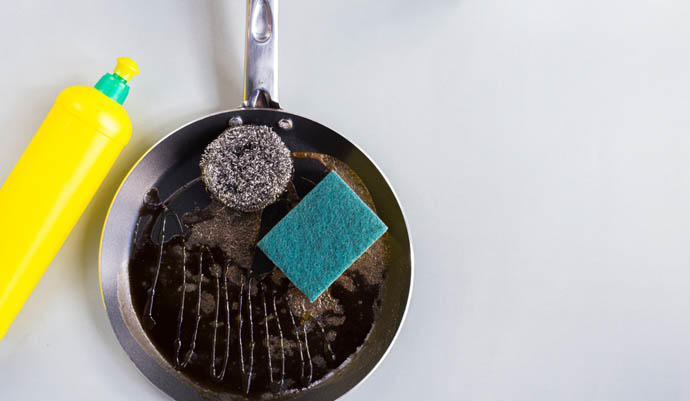 ¿Es posible eliminar la quemadura de la base de una sartén?
